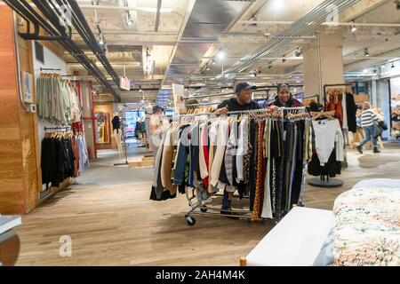 Les travailleurs des marchandises dans un magasin de détail d'Urban Outfitters à Herald Square à New York, le vendredi 20 décembre 2019. (© Richard B. Levine) Banque D'Images