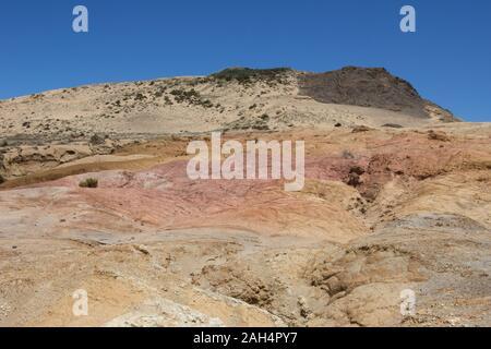 La crème, orange et rose clay hill au début du Cap Maria Van Diemen à Northland, New Zealand. Prise de la piste côtière Te Paki, du cap Reinga. Banque D'Images