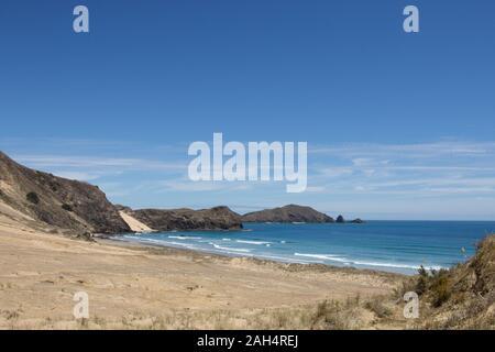 La petite baie entre te Werahi Beach et Cape Maria Van Diemen comme vu de la piste côtière Te Paki autour du cap Reinga à Northland, New Zealand. Banque D'Images