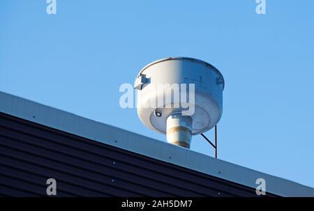 Une petite cheminée de couleur argent sur un bâtiment industriel Banque D'Images