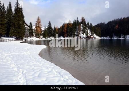 En hiver, le lac est recouvert de neige Banque D'Images