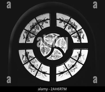 Anneau métallique et motif floral gravé sur verre en noir et blanc Banque D'Images
