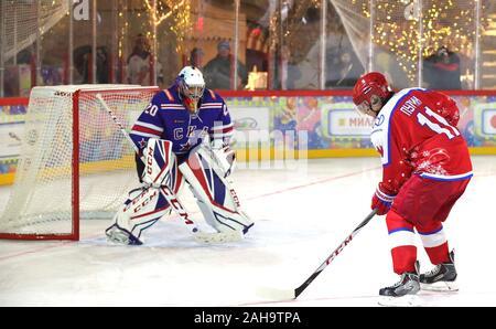 Le président russe Vladimir Poutine, #11, se déplace sur l'objectif pendant un match de hockey sur glace dans la ligue de hockey de nuit à la patinoire du grand magasin GUM sur la Place Rouge le 25 décembre 2019 à Moscou, Russie.