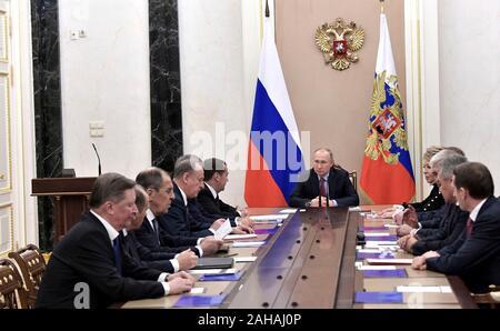 Moscou, Russie. 27 Décembre, 2019. Le président russe Vladimir Poutine préside une réunion avec les membres permanents du Conseil de sécurité de la Fédération de Russie au Kremlin, le 27 décembre 2019 à Moscou, Russie. Credit: Aleksey Nikolskyi/Kremlin extérieure/Alamy Live News Banque D'Images