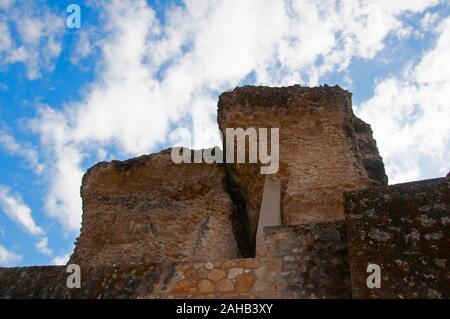 Deux gros morceaux de pierre de l'antique édifice romain et mur de pierre. Ciel bleu avec des nuages en arrière-plan. Italica, Séville, Espagne