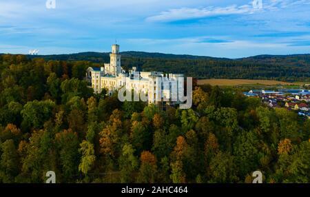 Paysage d'automne pittoresque avec сhateau historique imposant Château Hluboka dans petite ville tchèque Hluboká nad Vltavou, en Bohême