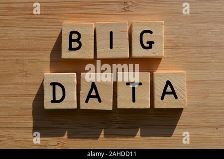 Big Data, le jargon d'entreprise, mots en lettres de l'alphabet en 3D sur un fond en bois Banque D'Images