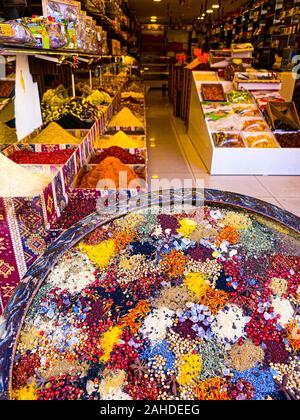Une grande plaque ronde avec des épices de couleur sur l'arrière-plan du compteur dans le magasin. Boutique turque la vente de fruits secs et d'épices. Shopping et trav Banque D'Images