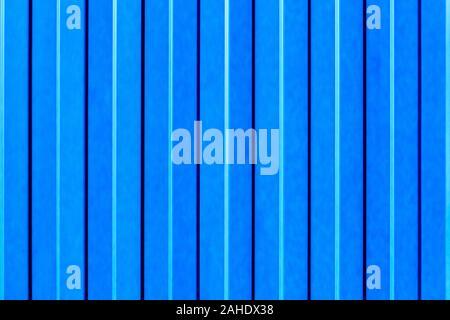 Clôture métallique bleu clair fait de tôle d'acier ondulée avec des guides verticaux. Banque D'Images