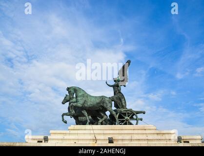 Statue de la Déesse Victoria équitation sur Quadriga sur le haut du Monument à Victor-Emmanuel II à Rome, Italie. Banque D'Images