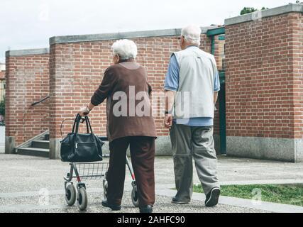 Un couple de personnes âgées ou des personnes âgées se promener ou marcher le long d'un chemin piétonnier. Banque D'Images