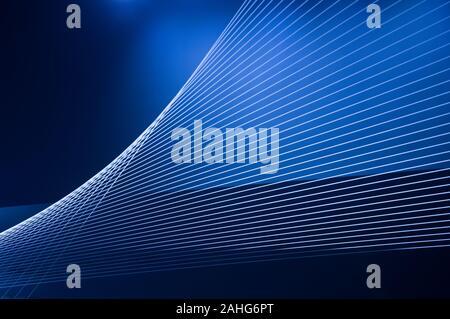 Bleu résumé de la technologie, de la science ou l'expérience en affaires. Les filets et les lignes de lumière se croisent et créer des formes géométriques sinueuses en perspective
