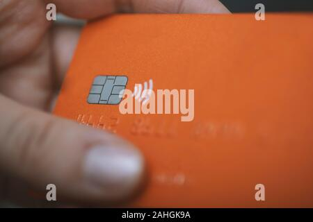 Hands holding credit card - close up Banque D'Images