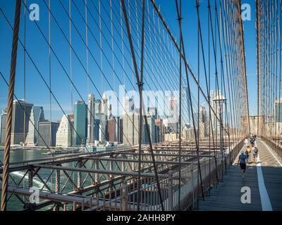 Pont de Brooklyn, New York, USA [ architecture pont de Brooklyn avec vue panoramique de la ville de New York et le lower Manhattan, One World Trade Center ]