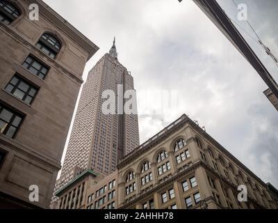 New York, États-Unis d'Amérique: [ Empire State Building, vue de la rue ]
