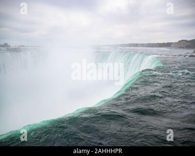 Niagara Falls, État de New York, États-Unis d'Amérique et Canada le bord de Falls, ville de côté ville américaine et canadienne, chute de l'eau et de brume