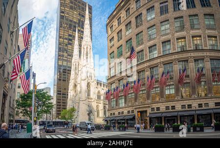 Manhattan, New York City, États-Unis d'Amérique - la cathédrale St Patrick à côté de Rockefeller Center Plaza, 5e ave, festival de rue, des drapeaux américains