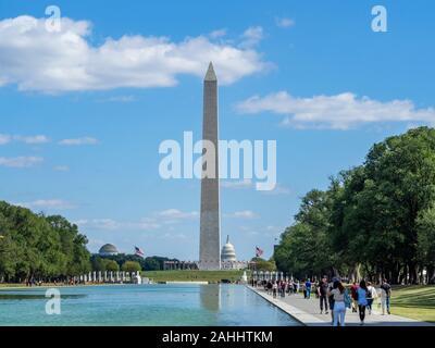 Washington, District of Columbia, United States of America - Washington monument park, obélisque sur national mall, des drapeaux américains et Capitole