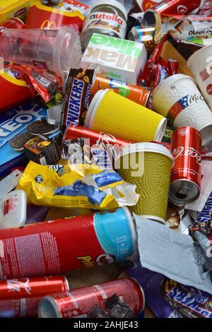 NY, USA - 25 décembre 2019: grand tas de beaucoup de déchets à la couleur à usage unique des produits comestibles de célèbres fabricants d'aliments et de boissons. Les canettes de soda et c Banque D'Images
