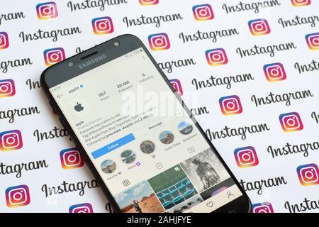 NY, USA - 4 décembre 2019: Apple compte instagram officiel sur l'écran du smartphone sur le papier bannière instagram. Banque D'Images