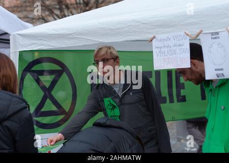 Brno, République tchèque - Le 17 novembre 2019: activiste de rébellion d'extinction est de donner une notice sur la célébration de 30 ans de révolution de velours à Libert