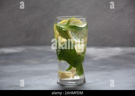 Détox d'eau avec citron et concombre frais, sur fond sombre, foyer sélectif. Limonade froide
