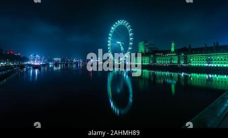 Les yeux verts de la Saint-Sylvestre à rebours jusqu'à 2020 à Londres