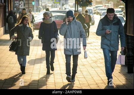 Tambov, Région de Tambov, en Russie. 31 Dec, 2019. Les jeunes avec les smartphones et les deux filles dans la rue. La photo a été prise sur la rue Sovetskaya à Tambov Crédit: Demian Stringer/ZUMA/Alamy Fil Live News Banque D'Images