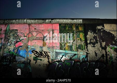 Sites touristiques de Berlin, Berlin, mur, lumineux, guerre froide, colorée, la peinture de couleur, couleurs, couleurs, Berlin est, ex-division, de l'histoire allemande, l'Allemagne, graffiti, historique, un site historique, la manifestation, la mémoire, la plupart des principaux sites touristiques de Berlin, Allemagne, DDR, Berliner mauer, mur de Berlin, Berlin, la redécouverte morceau du Mur de Berlin de 1961, mur de Berlin, une partie de l'ancien mur de Berlin à l'East Side Gallery, East Side Gallery Banque D'Images