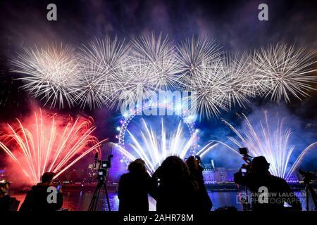 D'artifice du Nouvel An à Londres pour célébrer le début de 2020 en face du London Eye. La foule s'est avéré par milliers et des paniers de la région centrale de Londres.