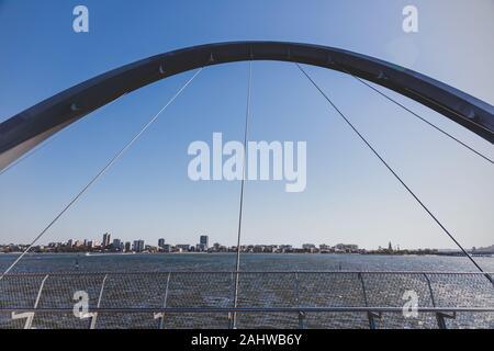PERTH, AUSTRALIE OCCIDENTALE - Décembre 24th, 2019: Elizabeth Quay's passerelle au-dessus de la baie et de la rivière Swan, un jour ensoleillé Banque D'Images