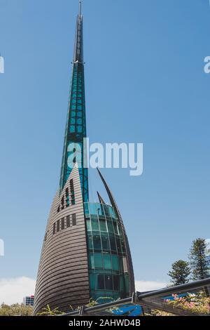 PERTH, AUSTRALIE OCCIDENTALE - Décembre 24th, 2019: le clocher bâtiment dans Perth cbd près de la nouvelle Elizabeth Quay tourné sous un fort ensoleillement Banque D'Images