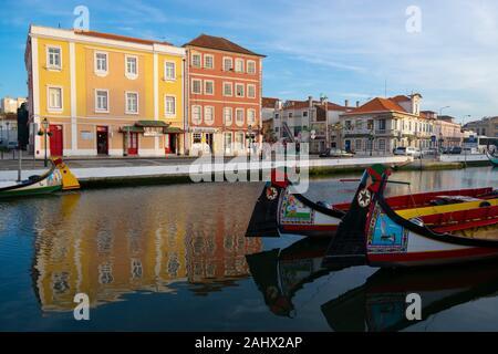 Moliceiro traditionnel des bateaux amarrés dans le centre de Aveiro Portugal Banque D'Images