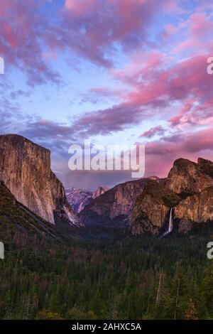 Le parc national de Yosemite, vu au coucher du soleil depuis la vue sur le tunnel, donne sur