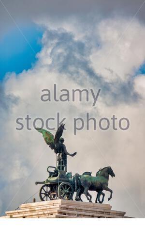 Statue de la déesse Victoria équitation sur quadriga sur le haut du monument de Vittorio Emanuele II, Rome, Italie. Banque D'Images