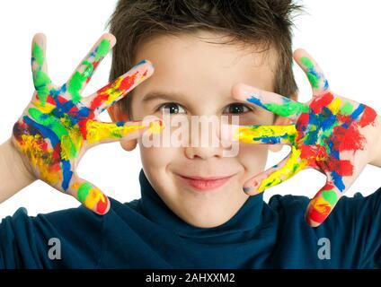 Boy mains peint avec peinture colorée. Islated blanc enfant souriant.