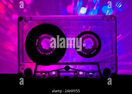 Cassette transparente de couleur rose et bleu discothèque fond clair. Banque D'Images