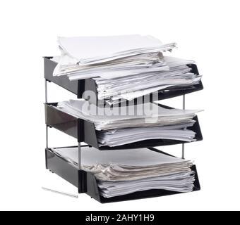 Brisée, papier de bureau surchargé plateaux dépôt isolé sur fond blanc. Concept. Beaucoup de paperasse, de travail, de la bureaucratie. Banque D'Images