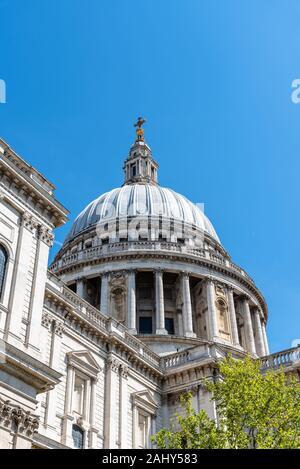 Low angle view de la coupole de la Cathédrale St Paul contre ciel. Banque D'Images