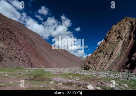 Montagnes rocheuses uniques sur la route Manali Leh, Ladakh, Inde, Asie Banque D'Images