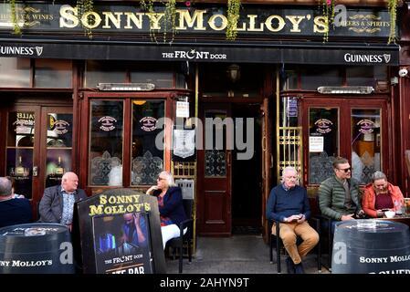 Terrasse de la Sonny Molloy's Irish Whiskey Bar dans High Street, Galway, Connemara, comté de Galway, en République d'Irlande, du nord-ouest de l'Europe. Banque D'Images
