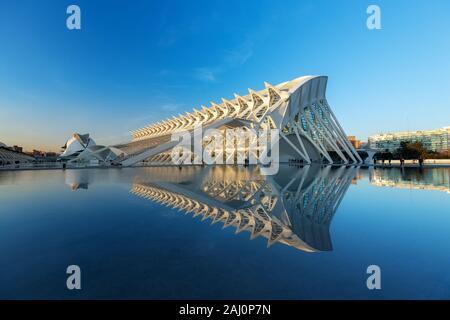 VALENCIA, Espagne - jan 20: monument futuriste de l'architecture Musée des sciences Príncipe Felipe avec le lac qui entoure à l'avant. Banque D'Images