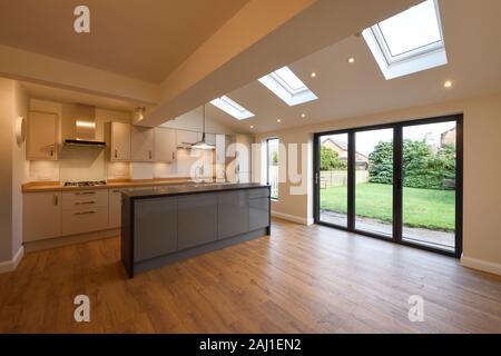 Cuisine moderne salon salle à manger de l'extension arrière d'une propriété à Chester avec portes et fenêtres acordéons velds lucarnes