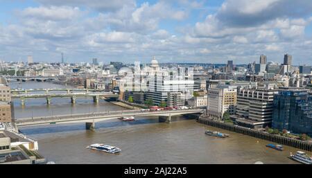 Ponts du Grand Londres avec toit de la cathédrale St Paul au milieu. Horizon panoramique de Londres avec bâtiments célèbres. Banque D'Images