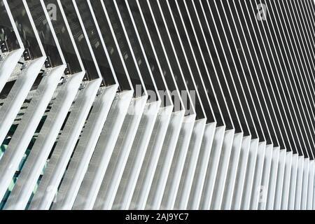 Des lignes parallèles en angle sur la façade d'un bâtiment d'architecture moderne Banque D'Images