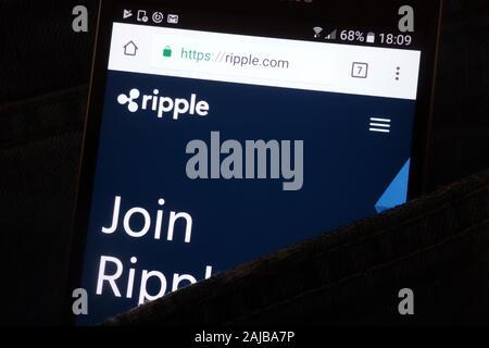 Site web d'ondulation sur smartphone affiche cachés dans la poche de jeans Banque D'Images