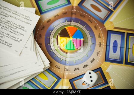 Woodbridge, NJ - 3 janvier 2020: Une vue rapprochée de la famille classique, jeu de société Trivial Pursuit. Cette version particulière est le 20e anniversaire de