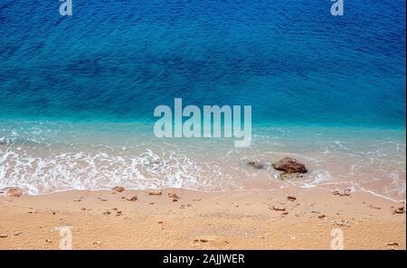 Mer turquoise et pierres sur la plage. Banque D'Images