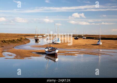 Bateaux sur le sable de la flotte de l'est à marée basse, Wells-next-the-Sea, Norfolk, Angleterre, Royaume-Uni, Europe