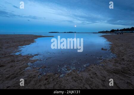Marée à venir au crépuscule avec pleine lune sur Wells à côté de la plage de la mer, Wells-Next-the-Sea, Norfolk, Angleterre, Royaume-Uni, Europe